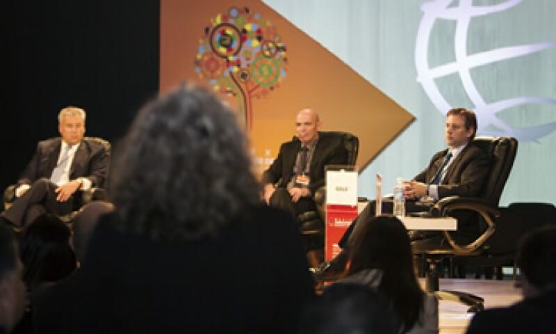 Raúl Gallegos de GE, Daniel Gold, de la Defensa Israelí y Alec Ross, es asesor de Hillary Clinton (de izq. a der.) durante la 13° México Cumbre de Negocios. (Foto: Alfredo López-Tagle )