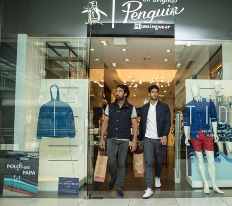 Con motivo del día del padre, Gabriel y Martín Rojo de la vega disfrutaron de una mañana de compras en la boutique de Penguin. Allí escogieron sus looks favoritos y platicamos con el deportista.
