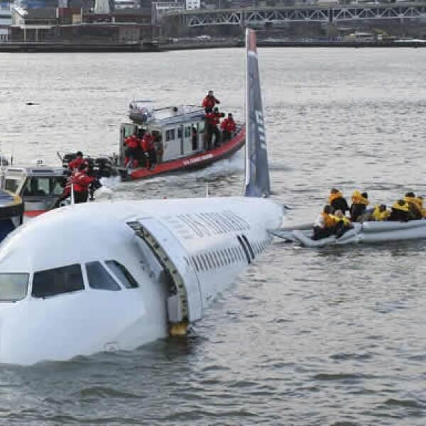 Un avión de la aerolínea U.S. Airways, que partió del aeropuerto La Guardia de Nueva York, se vio obligado a acuatizar en el río Hudson, en las afueras de Manhattan.