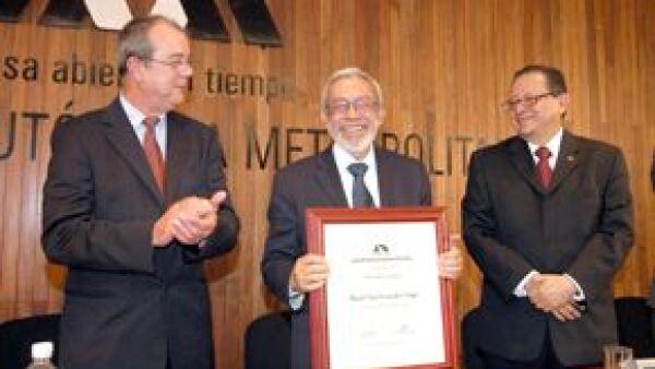 La Universidad Autónoma Metropolitana (UAM) lo reconoció por su trayectoria académica y periodística.