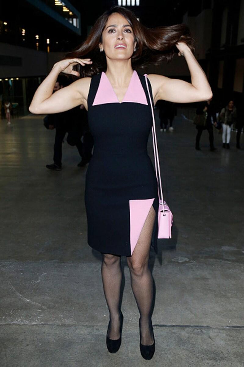 La actriz mexicana se detuvo para posar para los medios, antes del desfile en Londres.