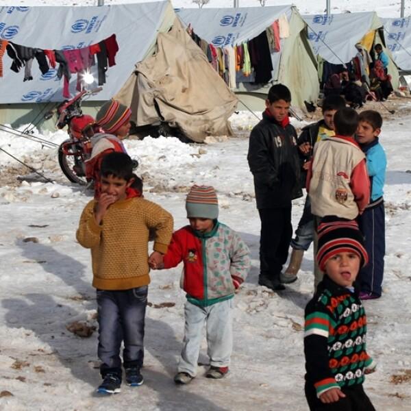niños sirios que viven en un refugio padecen el frio