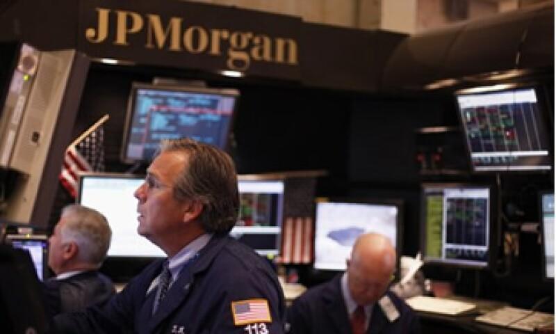 La agencia también puso a JPMorgan, el banco más grande de Estados Unidos por activos, en una perspectiva negativa. (Foto: Reuters)