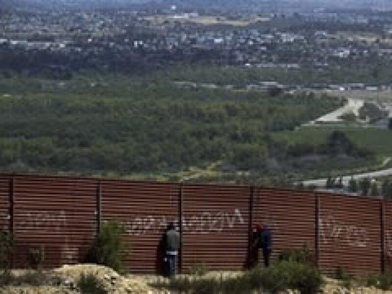 El congreso aprobó los fondos para terminar la construcción de la barda fronteriza. (Foto: AP)