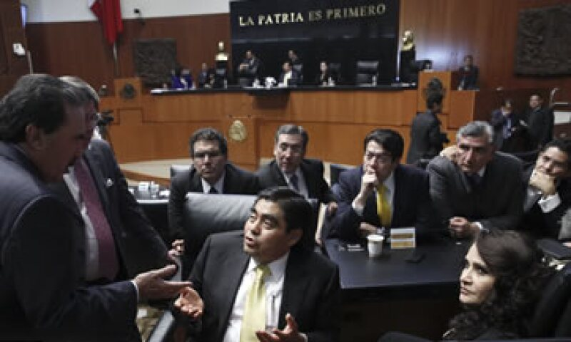 Emilio Gamboa (i), coordinador de la bancada del PRI, conversa con Miguel Barbosa, presidente de la Mesa Directiva del Senado. (Foto: Cuartoscuro )