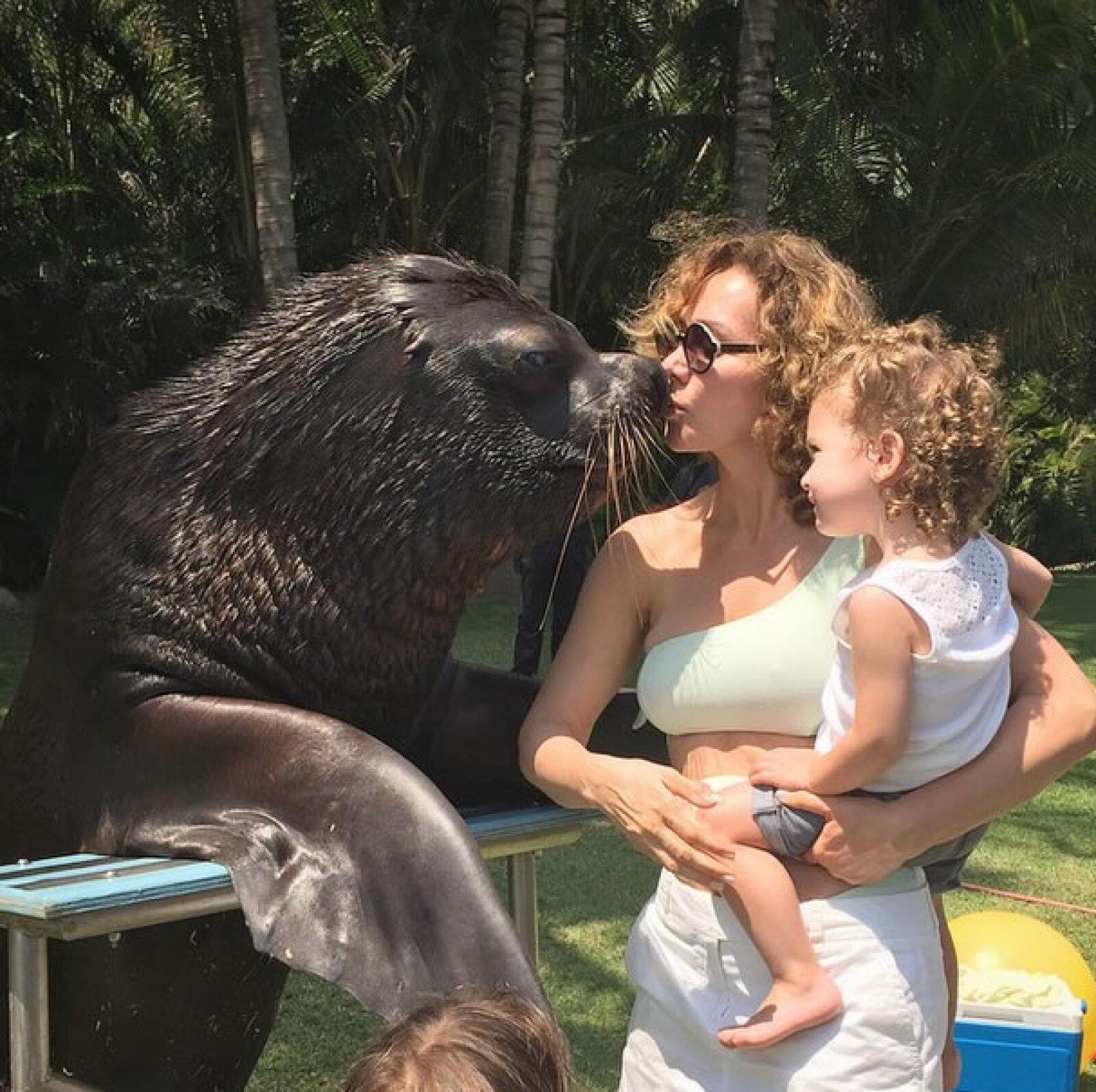 A pesar de que Jorge Vergara declaró que Angélica había huído a Estados Unidos con sus dos hijas y que no le permitía verlas, ella continuó compartiendo momentos con ellas.