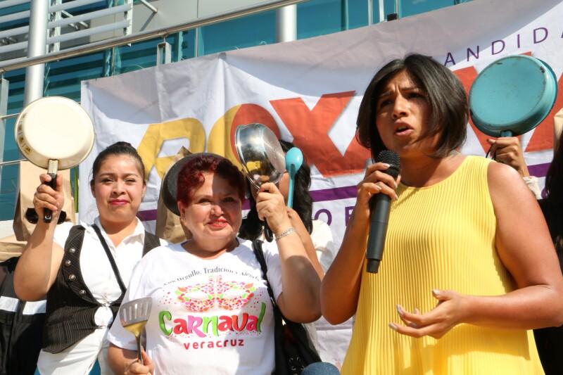 La candidata Roxana Luna (izquierda) se manifestó frente a la Fiscalía General del Estado junto con un grupo de mujeres que portaban sartenes y cucharas.
