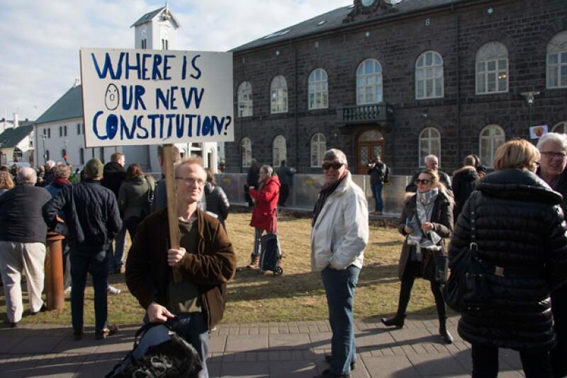 Una vez que se dio a conocer la noticia, manifestantes salieron a protestar fuera del parlamento del país en Reykjavik el lunes pidiendo la renuncia de Sigmundur.