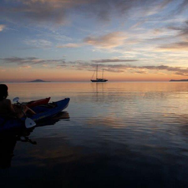 En su costa hay varias islas protegidas que conforman el Parque Marino Nacional de Loreto, pero destacan la Isla Coronado, hogar de varias colonias de lobos marinos, y la Isla Del Carmen, con sus playas y caletas.