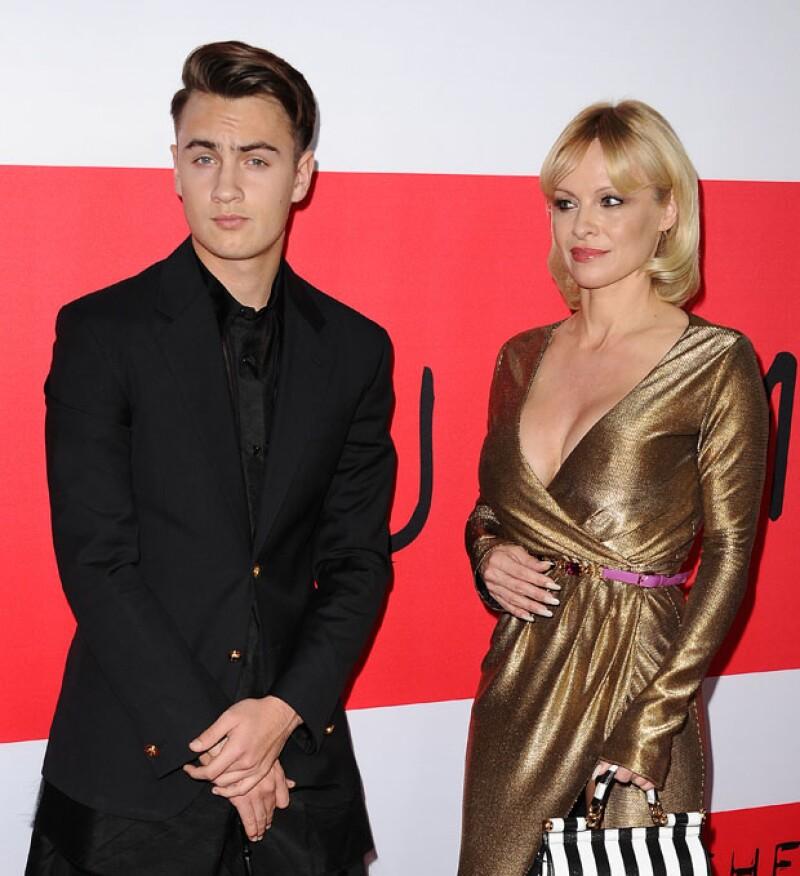 Brandon Lee eclipsa a su despampanante mamá Pamela Anderson.