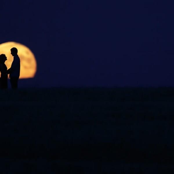 Una pareja de enamorados contempla la luna en Burgos, España