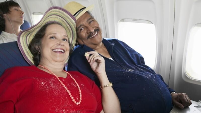 pareja de personas con sobrepeso en un vuelo de avion