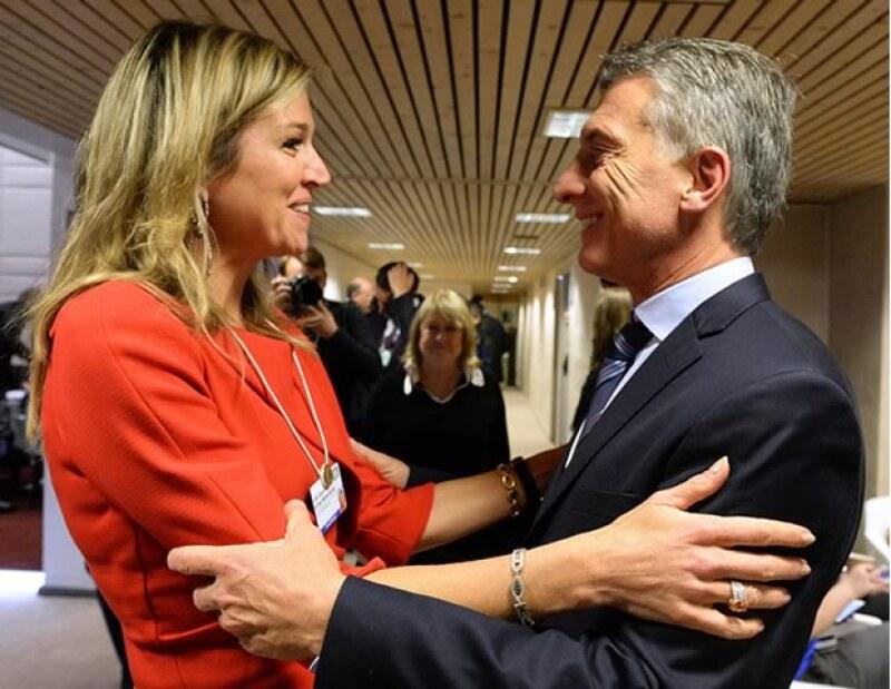 La reina de Holanda se emocionó al conocer el nuevo presidente de Argentina, su país de nacimiento.