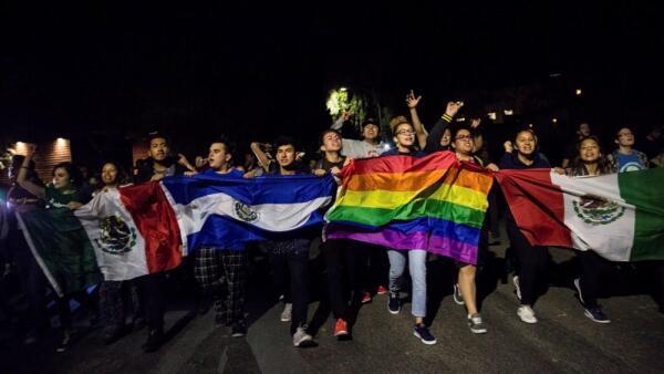 Los manifestantes marchan a través de Oakland