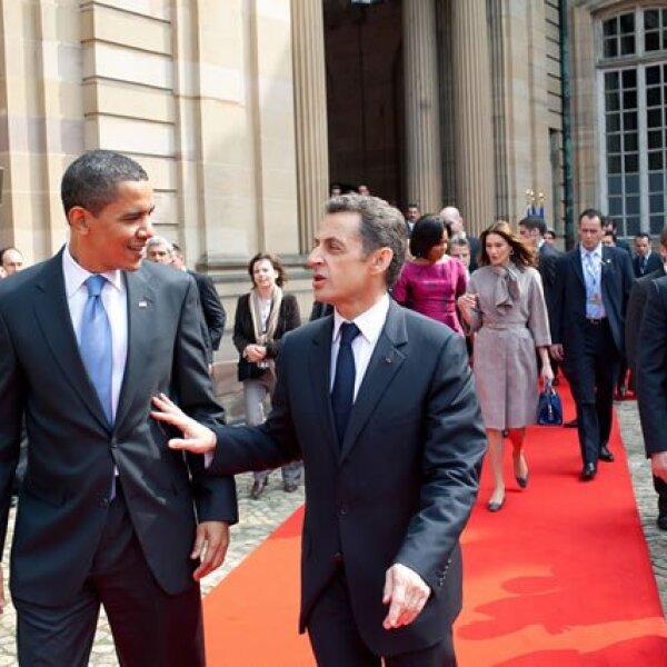 Obama camina junto al presidente francés, Nicolás Sarkozy, después de su encuentro en Strausbourg, Francia.