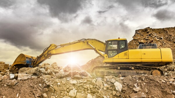 Mina al aire libre con maquinaria pesada, excavadoras para movimiento de tierra y roca