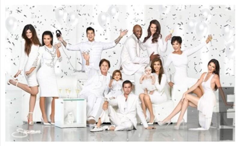 El clan posó ante la cámara de un fotógrafo para mandarle a sus amigos sus mejores deseos; en años anteriores era Kim la que resaltaba pero ahora fue Kendall quien robó el show.