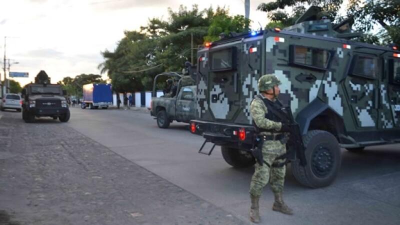 Integrantes del ejército en Apatzingán, Michoacán