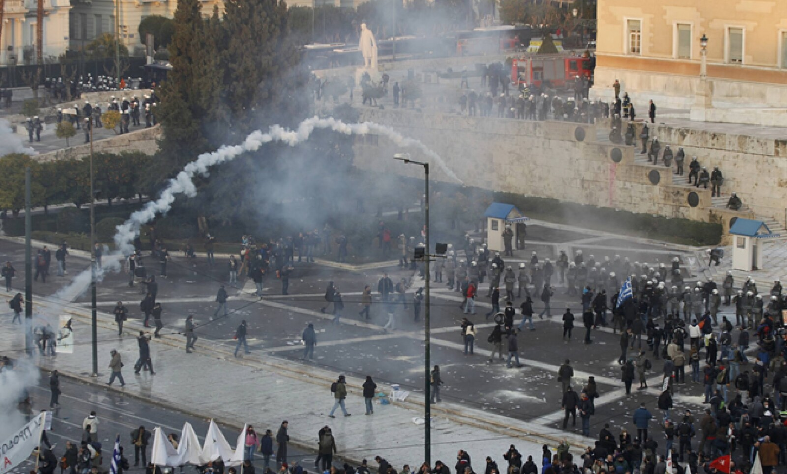 La Policía repelió con gases lacrimógenos a manifestantes que lanzaban piedras y bombas molotov en la Plaza Sintagma, situada frente a la sede del Legislativo.