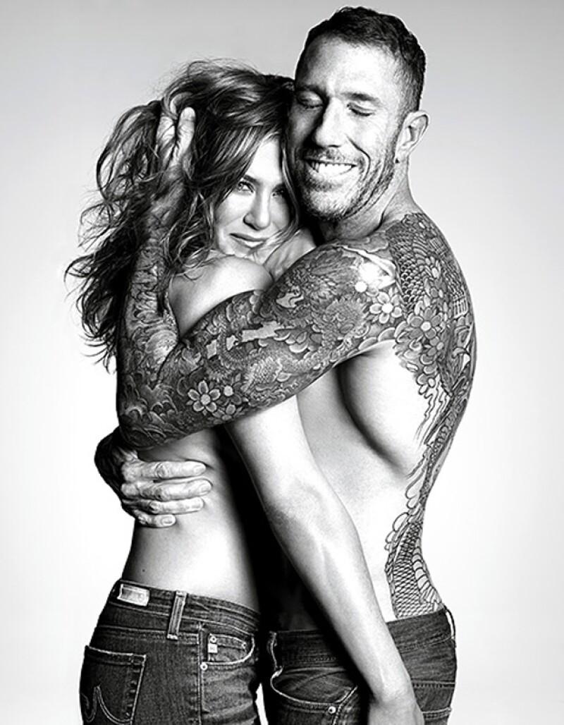 """La guapa actriz, de 45 años, figura en la nueva edición de la revista de belleza """"Allure"""" en blanco y negro, luciendo solo unos ajustados jeans y en brazos de su estilista personal Chris McMillan."""