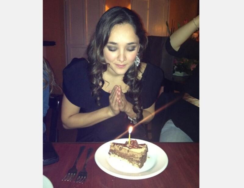 Amigos de la actriz subieron esta foto del momento en el que Sherlyn pide su deseo.