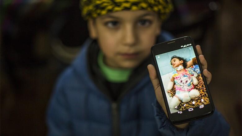 Todos los días, la familia recibe mensajes de sirios que buscan ayuda para salir de Siria.
