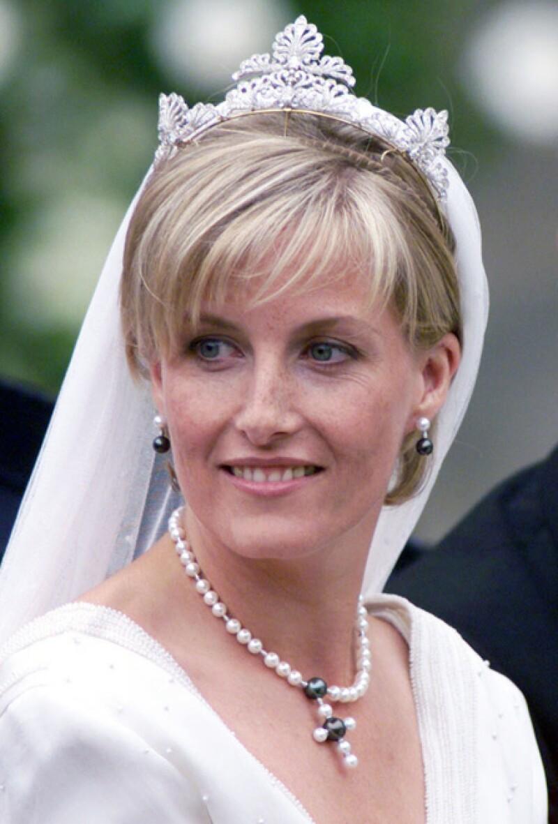 La tiara de diamantes usada por la Condesa de Wessex en su boda fue elegido para ella por la reina de su propia colección privada. Entonces fue rediseñada y remodelada por David Thomas. Esta se compone de cuatro palmetas que alguna vez fueron parte de Regal Circlet, tiara de la reina Victoria.