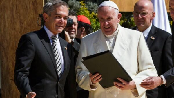 El jefe de Gobierno capitalino entrega las llaves de la Ciudad de México al Papa Francisco en una breve ceremonia en el Zócalo.