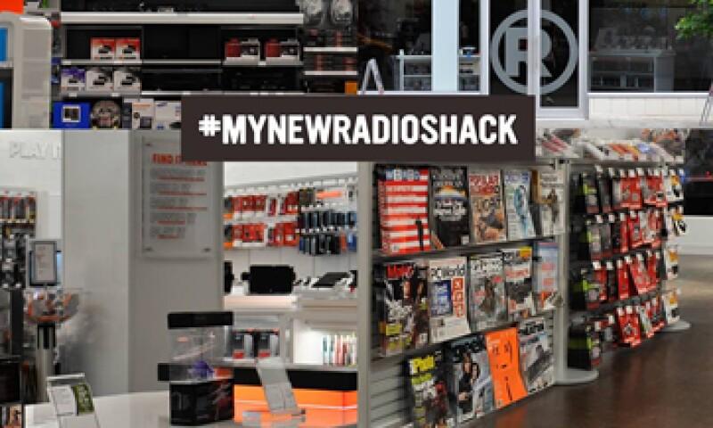 RadioShack no ha hecho lo suficiente para transformarse en un destino para los compradores de teléfonos móviles: expertos.  (Foto tomada de facebook.com/RadioShack)
