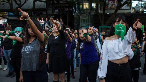 Mujeres protestas con performance contra jugadores del equipo de fútbol Las águilas del América