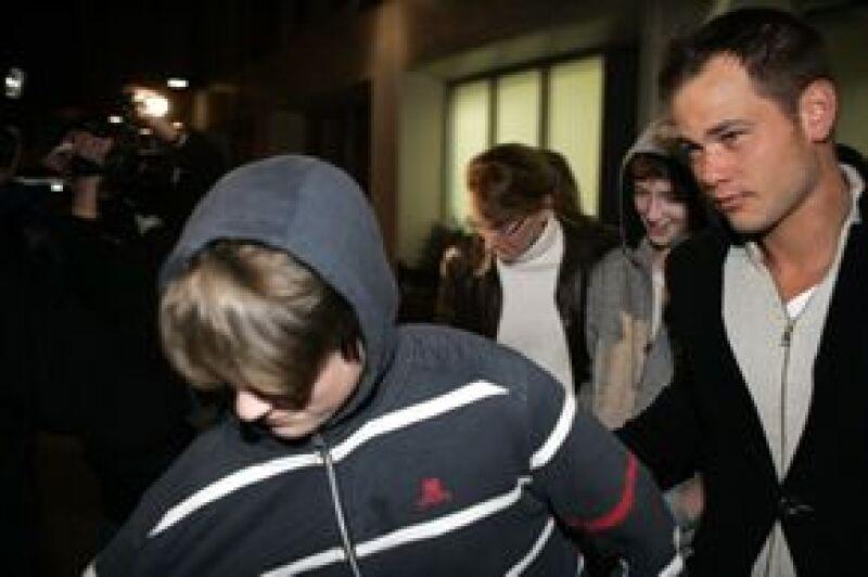 Los hijos de la actriz, Michael Richard Antonio Neeson y Daniel Jack Neeson, saliendo del hospital este miércoles por la mañana.