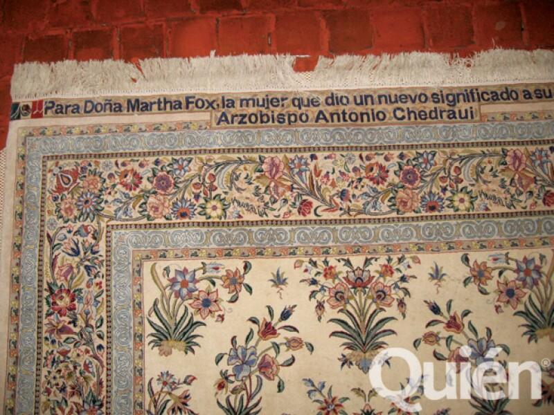 Al cruzar la puerta principal, extendido en el piso, se encuentra un tapete con dedicatoria para Marta de Antonio Chedraui Tannous, arzobispo de la Iglesia Ortodoxa en México.