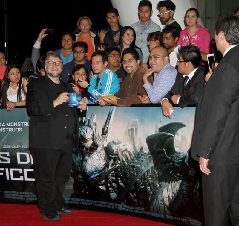 Guillermo del Toro se tomó el tiempo para convivir con sus admiradores.