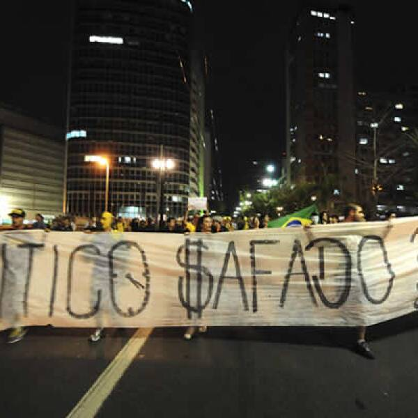 En Brasilia, miles de personas marcharon por los derechos de las mujeres, mientras que un grupo pequeño protestó contra el uso de dinero público para construir estadios para la Copa Mundial del futbol.