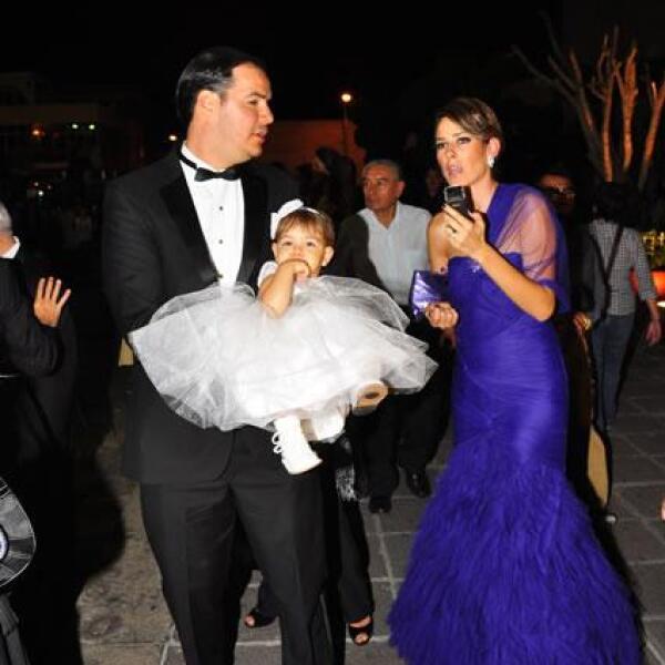 Raúl Gonzalez,Alina Bracamontes con mini Ali