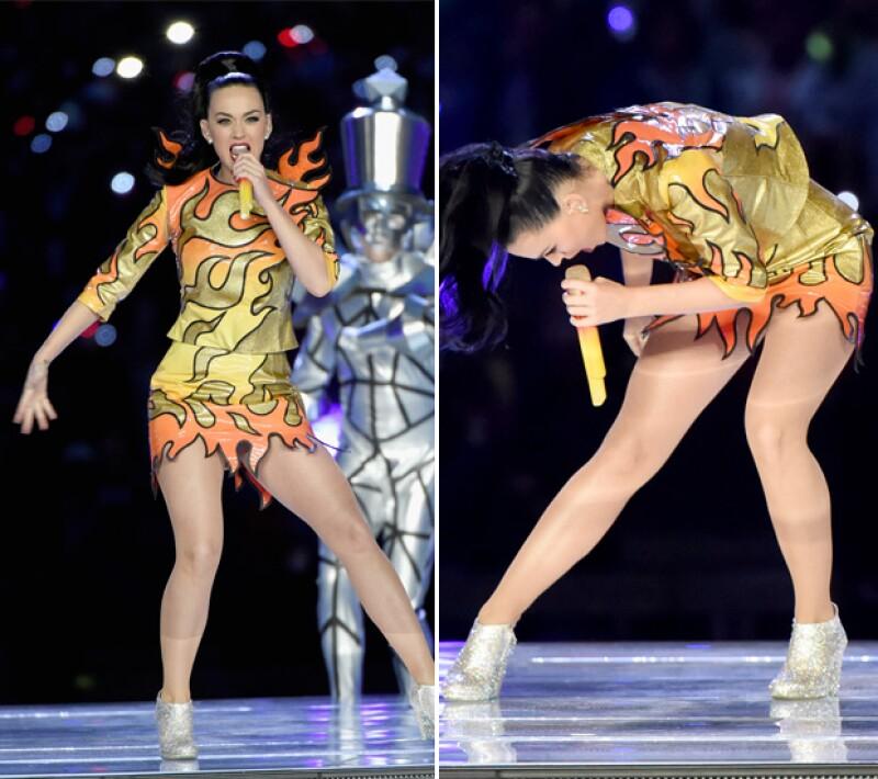 Además de una producción espectacular, la cantante puso su inconfundible sello a la fiesta deportiva con sus originales cambios de vestuario diseñados por Jeremy Scott.