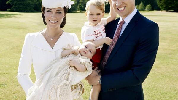 Mario Testino captó esta imagen familiar tras el bautizo de la princesa Charlotte.