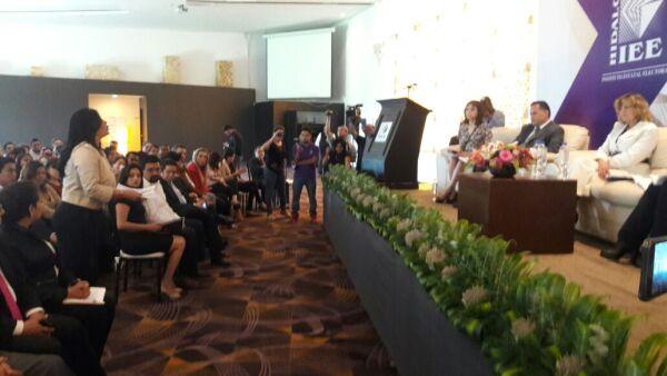La mujer increpó a Santiago Nieto durante la realización del conversatorio Violencia Política contra las mujeres.