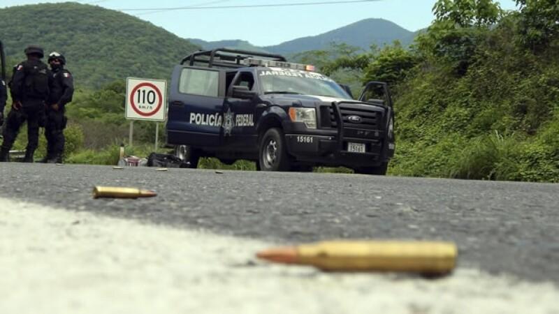 cartuchos tirados en la carretera