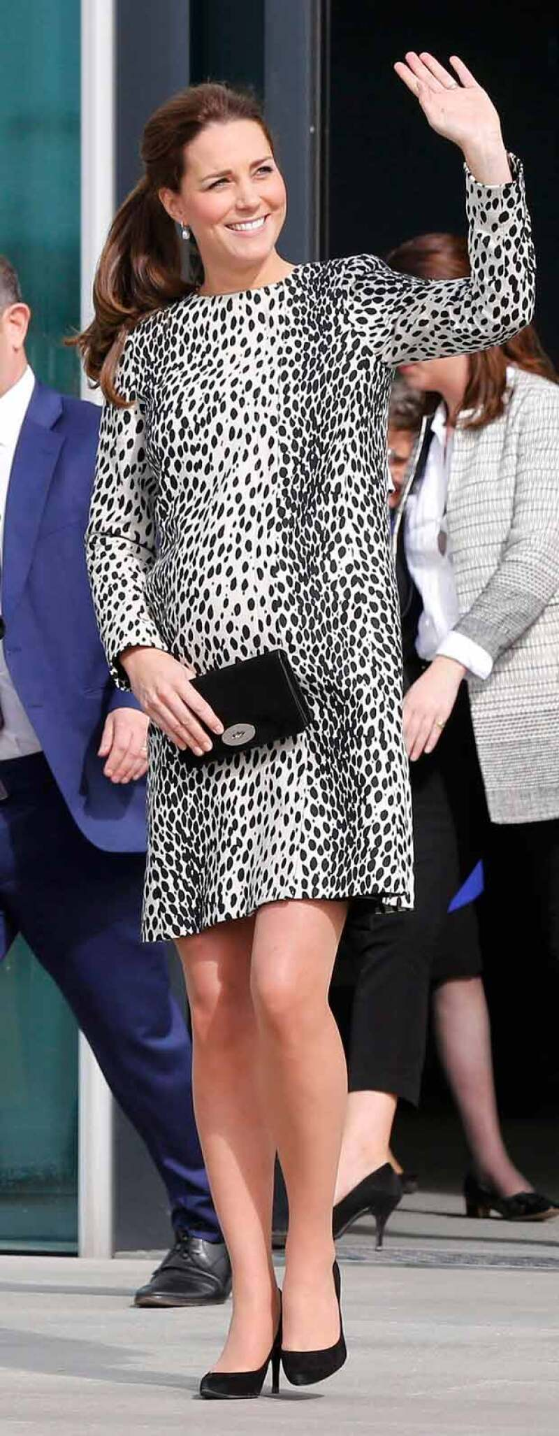 A un mes de que de a luz, la duquesa de Cambridge vistió de la manera más glamourosa en un vestido de estampado animal, el cual acentuó todavía más su brillo de futura mamá.