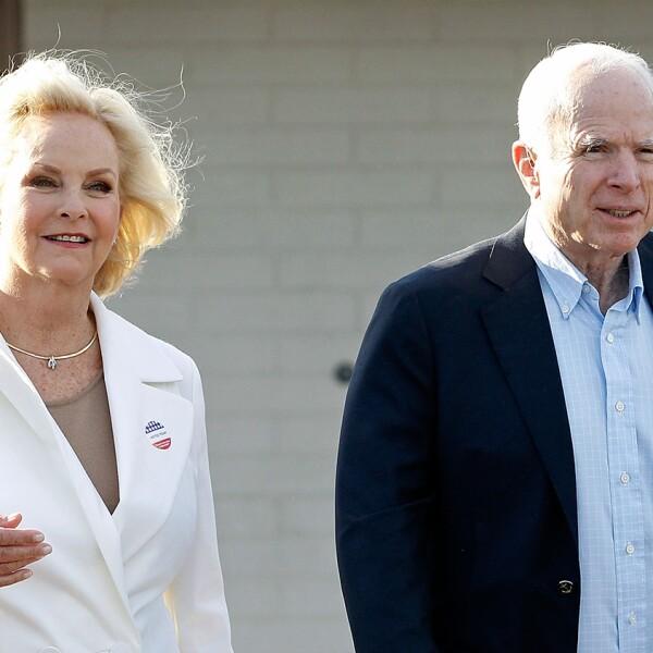 El senador John McCain y su esposa Cindy