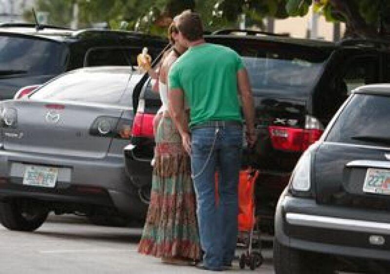 La pareja de actores fue vista en Miami caminando por las calles de Miami con su hijo Christopher, lo que da puerta a una posible reconciliación.