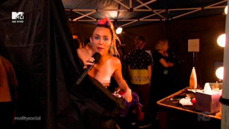 En constantes ocasiones, Miley llama la atención debido a su descuido ante sus prendas, dejando sus atributos al descubierto.