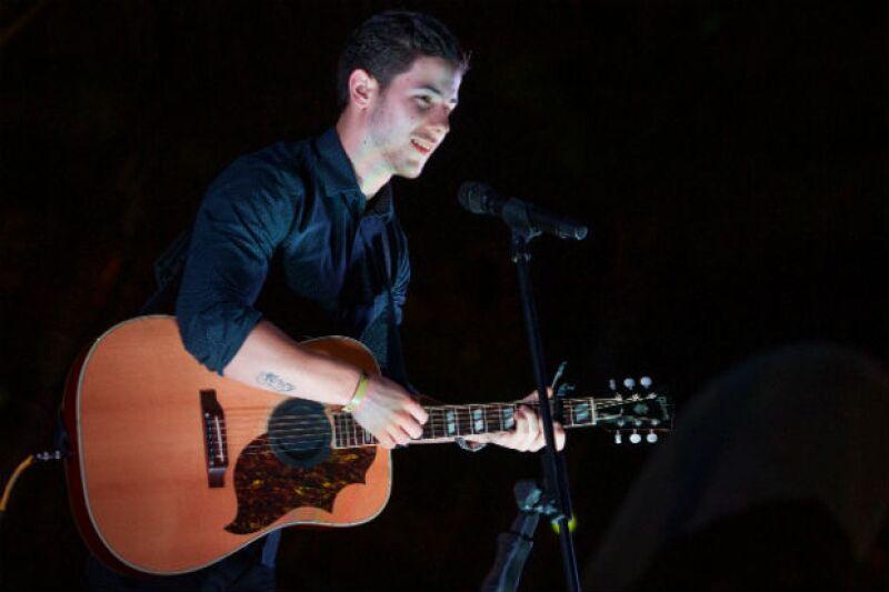La noche del jueves el cantante, de 22 años, ofreció un exclusivo showcase en la playa del Hard Rock Hotel, sorprendiendo al presentar en vivo sus éxitos como solista.