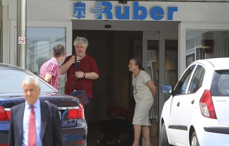 Almodóvar en la entrada de la clínica Ruber.