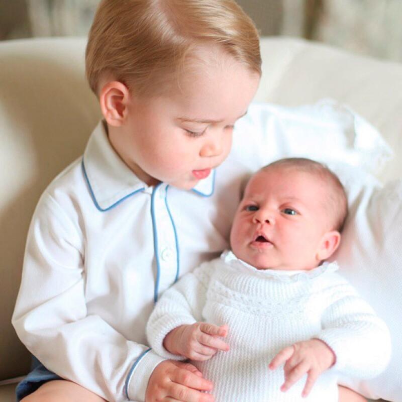 Anteriormente se había dicho que para su salida del hospital y para su primer foto con su hermano mayor, la princesa Charlotte usó el regalo que le hizo su nana, quien proviene de España.