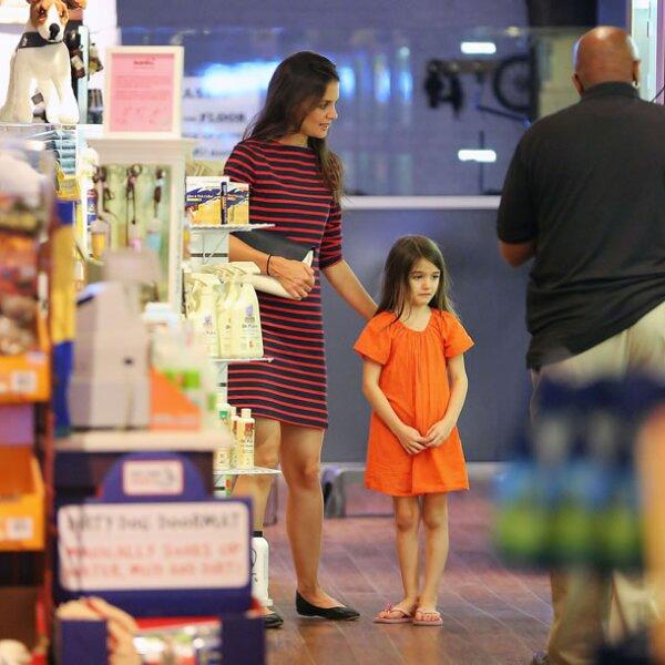 Es tanta la obsesión de los fotógrafos por esta pequeña, que la han seguido hasta una tienda de mascotas.
