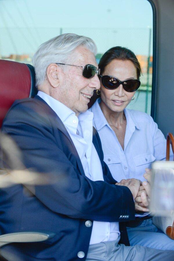 A unos días de haber celebrado sus bodas de oro con Patricia Llosa, Mario anunció su relación con Isabel Preysler.