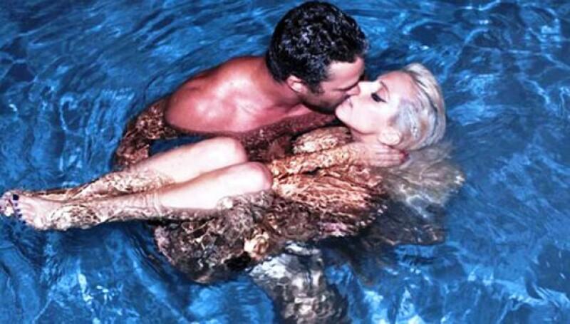La polémica cantante se mostró como dios la trajo al mundo al lado de su novio Taylor Kinney.
