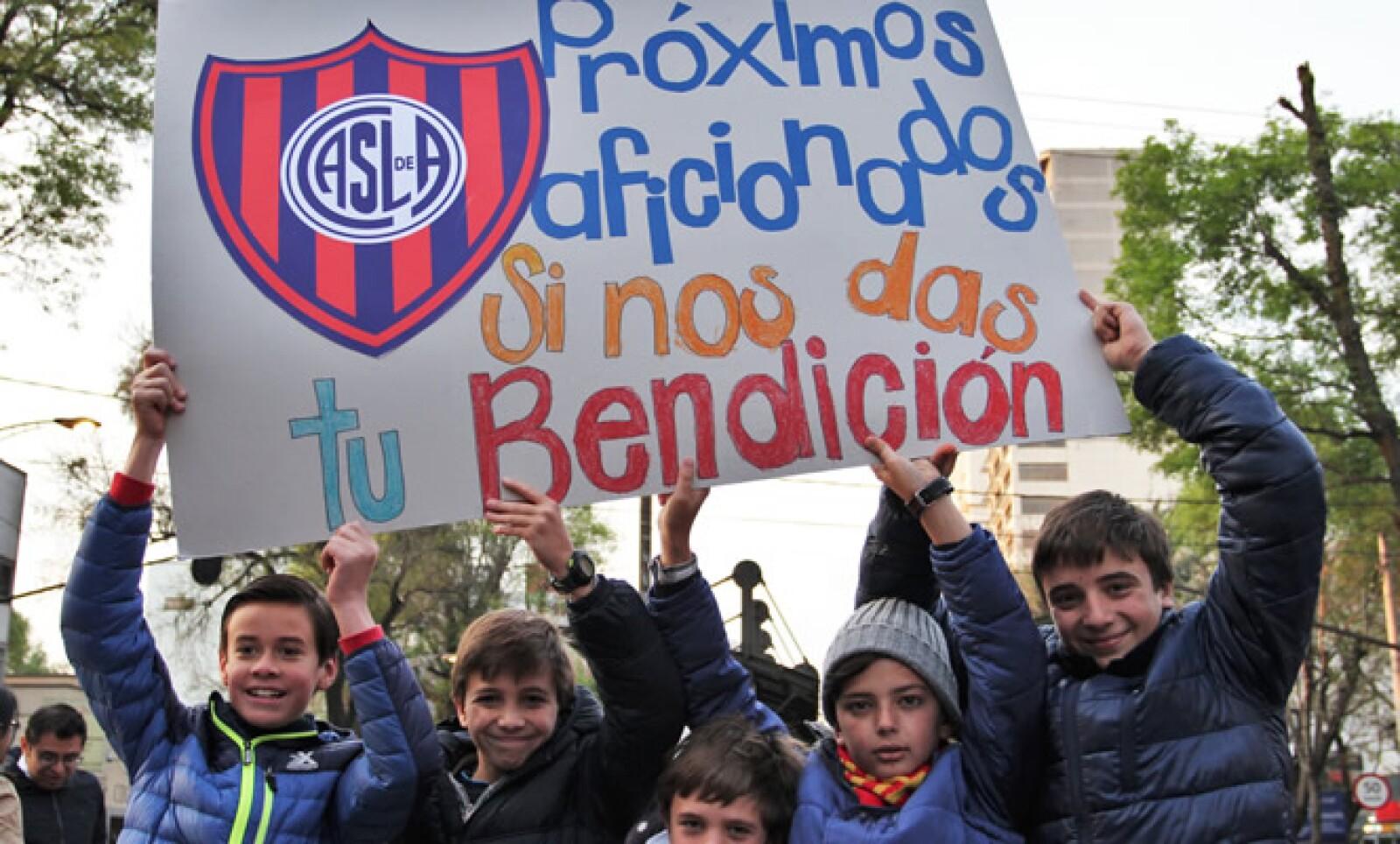 Un grupo de niños pidió la bendición papal... ¿para meter gol?